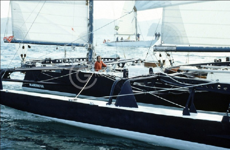 Quel skipper a disparu en mer avec son bateau nommé 'Manureva' ?