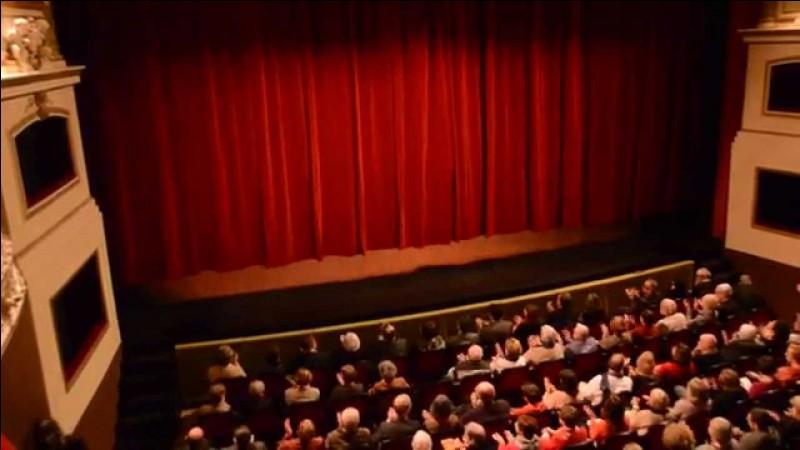 Comment s'appelle le théâtre populaire italien du XVIe siècle ?