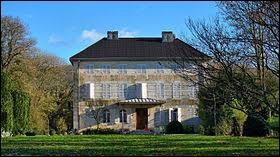 Je vous propose de partir dans l'ancienne région Franche-Comté, à la découverte du château de Paroy. Pour ce faire, nous devons prendre la direction du département ...