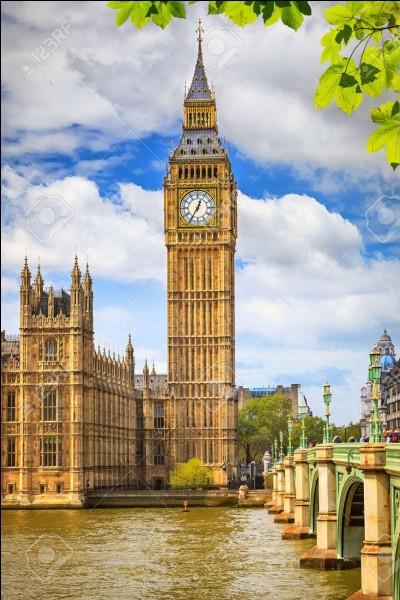 Cette tour avec horloge est située à :
