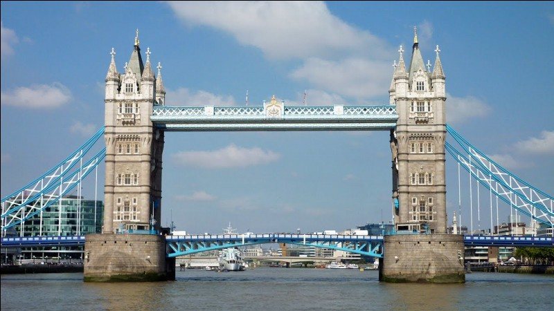 Ces deux tours entourant un pont se trouvent à :