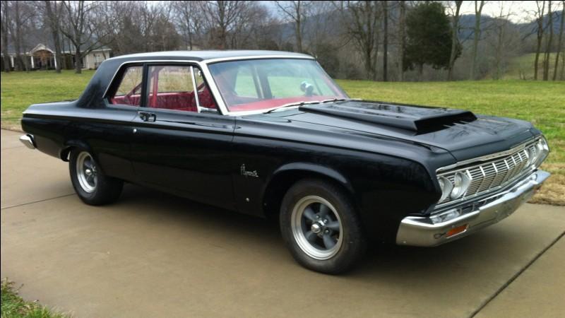 Allons au pays de la démesure. Cette voiture précède la Fury I aux États-Unis ou la Fury II au Canada. Quel est le nom de cette auto ?