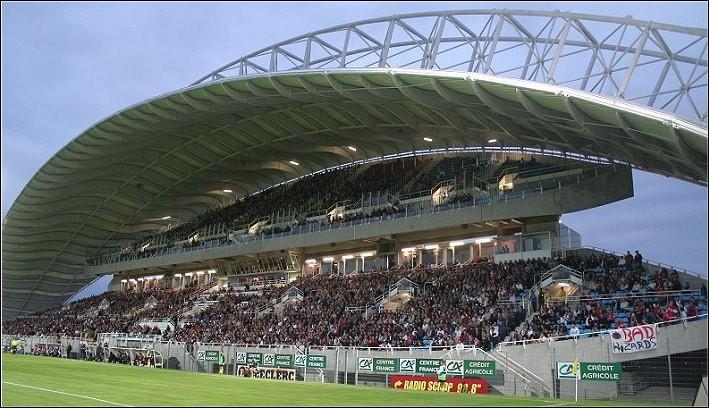 La capacité du stade Geoffroy Guichard (Saint-Étienne) par rapport à celle du stade de la Meinau (Strasbourg)...