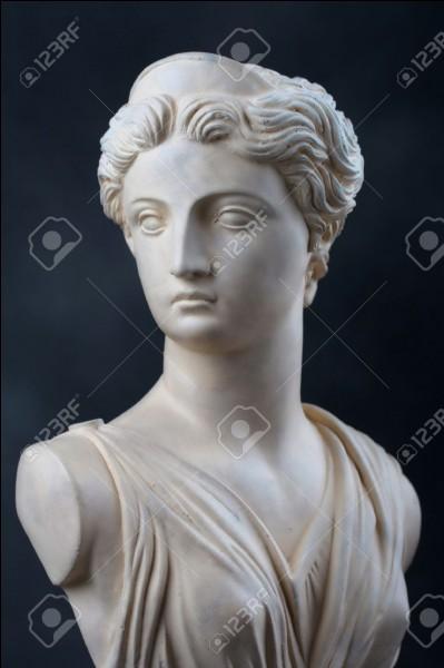 La sœur jumelle d'Apollon est...