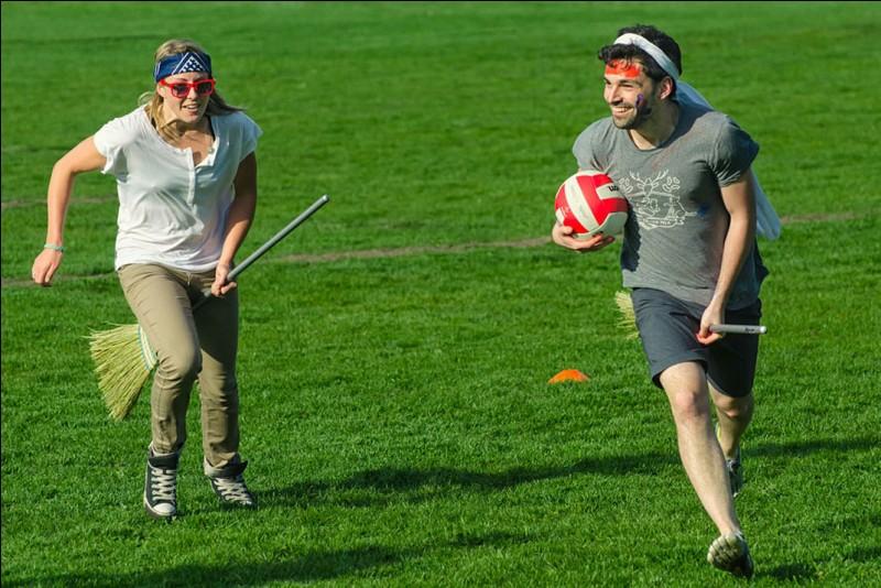 A quel sport (sic) s'adonnent ces joueurs tenant un balai entre leurs jambes ?