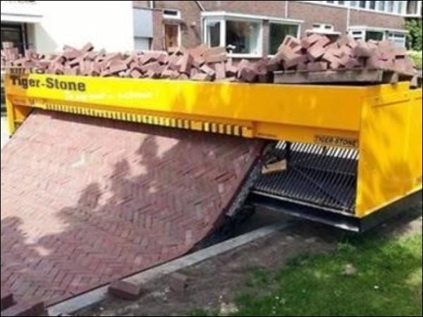 Ce n'est pas un gag. Ceci est une machine à paver les rues... où donc ?