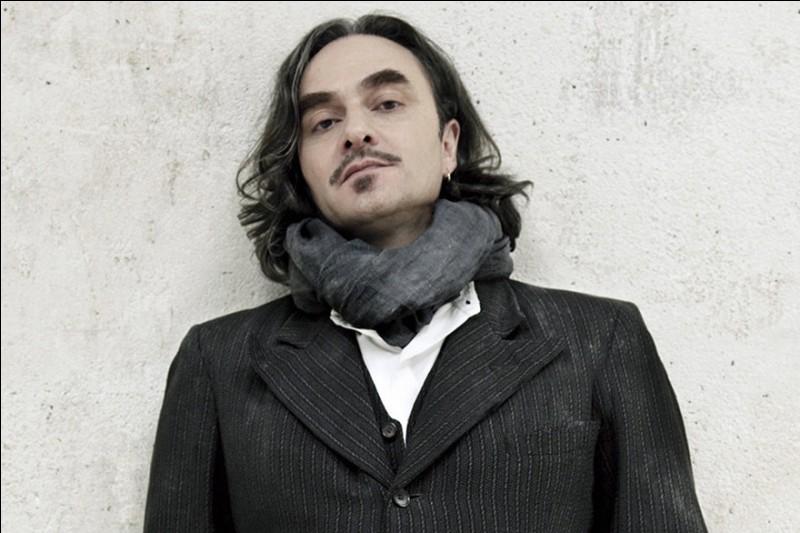 Qui est ce chanteur suisse dont un des titres est 'La Chanson bleue' ?