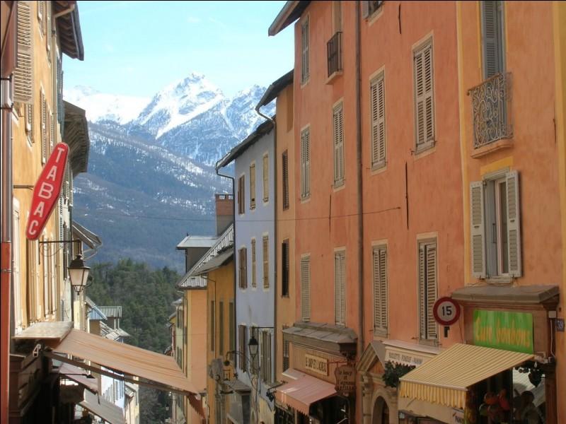 Quelle est la sous-préfecture des Hautes-Alpes ?