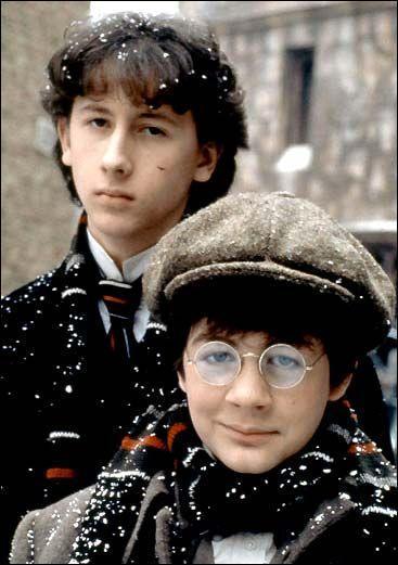 Un film de Barry Levinson (1985) raconte son hypothétique jeunesse. Le titre anglais en est « Young Sherlock Holmes ». Quel est le titre français ? (cf. photo)