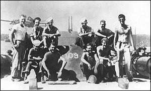 """L'incident du PT-109, dont on voit l'équipage et lui, à l'extrême droite, en fit un héros de guerre, son bateau avait été détruit par les Japonais. Il fit des exploits à la nage pour sauver 11 vies. En tant que président de son pays, il dit : """"Ne vous demandez pas ce que votre pays doit faire pour vous, mais ce que vous devez faire pour votre pays"""".Il lança la conquête spatiale :"""