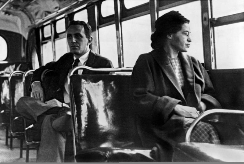 De par son geste, elle modifia l'histoire. En décembre 1955, elle refusa de se lever et de céder sa place à un passager blanc dans un autobus, geste qui lui valut d'être arrêtée. Ce refus symbolique déclencha un mouvement avec, à sa tête, Martin Luther King. En novembre 1956, la Cour suprême déclara les lois ségrégationnistes anticonstitutionnelles :