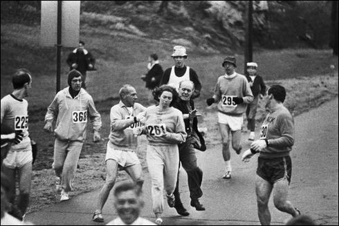 """Elle étudiait le journalisme et s'entraînait au cross-country avec les hommes parce qu'il n'y avait pas d'équipe féminine. À l'entraînement, elle courait le marathon, mais les mœurs de l'époque lui en interdisaient la participation.En 1967, numéro 261, inscrite comme """"K. V. Switzer"""", et ne révélant pas son genre, elle participa à la course et ouvrit ainsi la porte à tout un monde de différence :"""