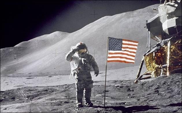 """Il compléta le défi lancé par John Kennedy et devint le premier homme à poser le pied sur la Lune. Il accomplit cet exploit le 21 juillet 1969 durant la mission Apollo 11 en prononçant ces mots restés célèbres dans l'histoire : """"C'est un petit pas pour l'homme, mais un bond de géant pour l'humanité ». Il est devenu une légende vivante :"""