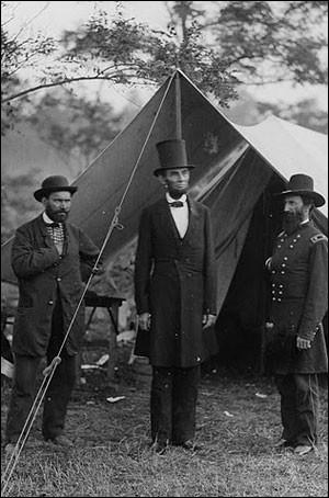 Il s'est hissé hors de son milieu par la lecture et l'étude du droit. Il devint avocat, membre du congrès de l'Illinois et chef des Républicains abolitionnistes. Élu président dans la division, il dut affronter la guerre de Sécession, eut à diriger le pays pendant la guerre, abolit l'esclavage et fut nommé Grand chef de l'armée.Il fut conciliant envers le Sud :