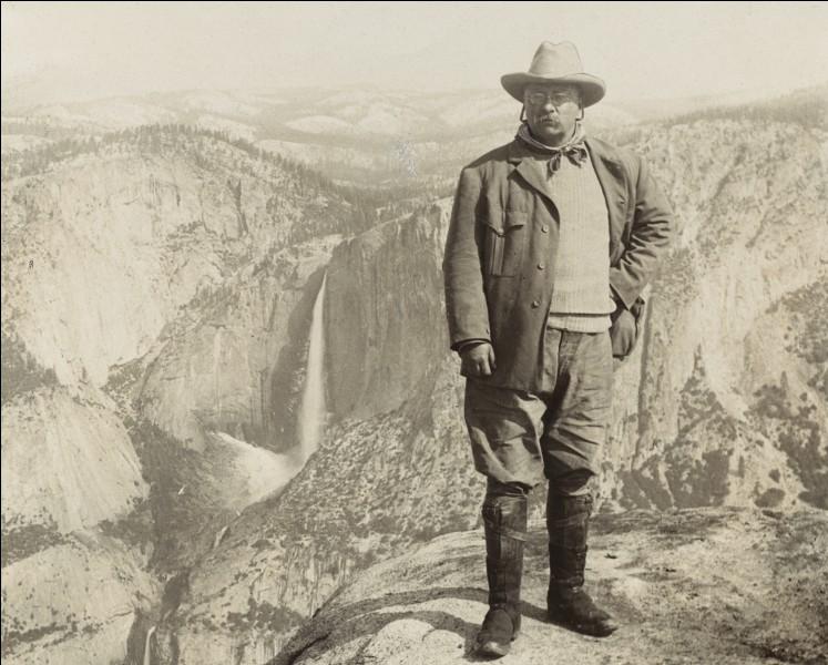 Il est encore criant d'actualité. À la tête de ses Rough Riders, il a été un héros de la guerre contre l'Espagne. Il a donné à son pays un magnifique système de parcs nationaux pour protéger l'environnement. Il obtint le prix Nobel de la paix pour ses négociations dans le conflit russo-japonais.C'est le seul visage sur le mont Rushmore qui date du 20e siècle :