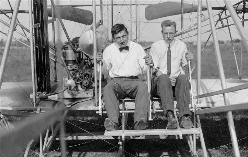 Ces frères sont des pionniers de l'aviation. Ils avaient en commun la même curiosité intellectuelle. Leur science leur a permis de développer le premier avion. Ils doivent ce succès à leur technologie innovante.Ils ont réussi parce qu'ils étaient à la fois passionnés, brillants en ingénierie, capables d'inventer et de fabriquer et, en plus, en mesure de piloter les engins créés :