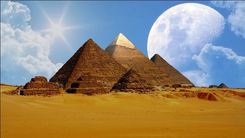 La grande pyramide de Gizeh (ou pyramide de Khéops) pèse environ 500 millions de tonnes, soit environ 50 000 fois plus que la tour Eiffel :