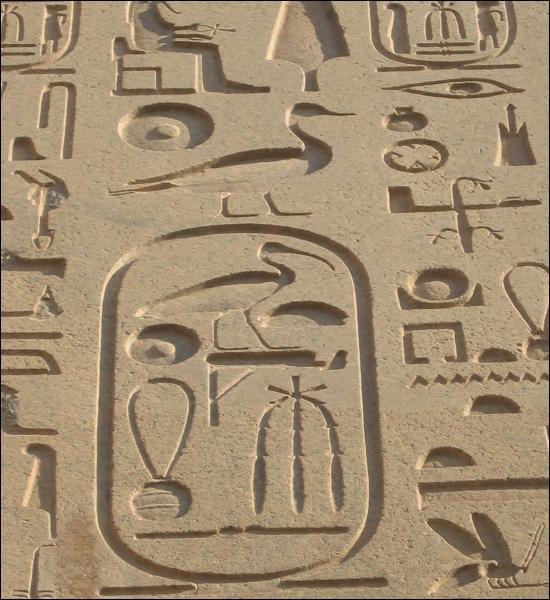 Les hiéroglyphes sont une écriture sacrée qu'il était normalement interdit de modifier.