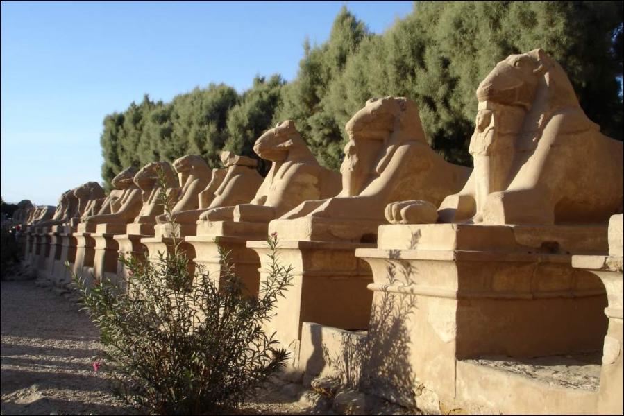 Le temple de Karnak se trouve au Caire.