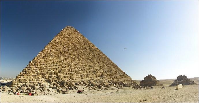 La pyramide de Mykerinos est la plus grande des pyramides de Gizeh.