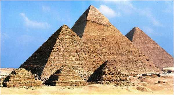 Les pyramides étaient les tombeaux des Pharaons.