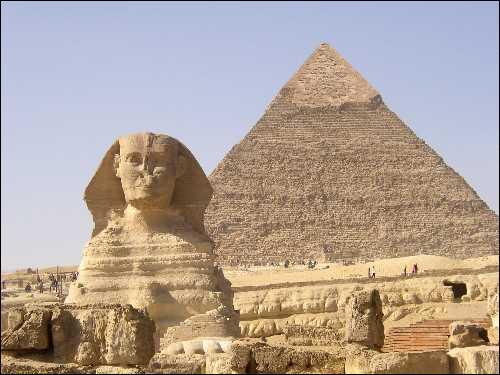 Le Sphinx se trouve à côté de la pyramide de Khephren.
