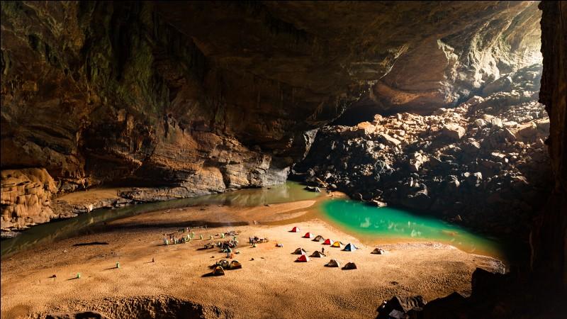 Cette gigantesque grotte, la plus grande du monde avec ses 9 kilomètres de long et des galeries de 200 mètres de haut, n'a été découverte qu'en 1991. Où est-elle ?