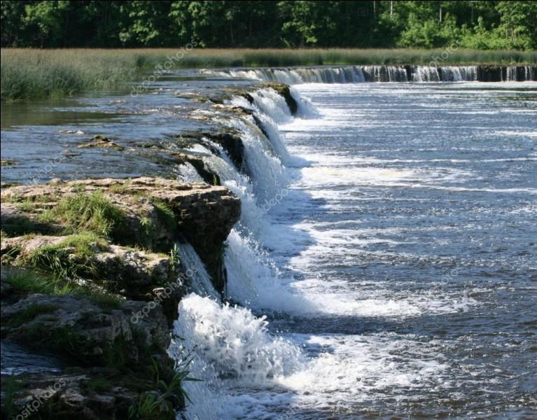 La cascade de la Venta ne fait que deux mètres de haut, mais c'est la plus large d'Europe. Où se trouve-t-elle ?