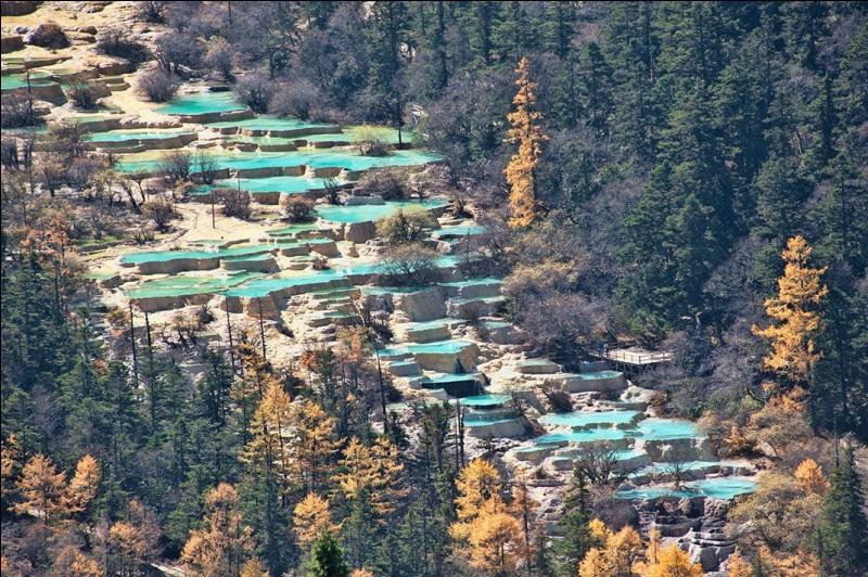 Ce sont des bassins naturels en calcaire créés par la nature. Où leur eau turquoise descend-elle de la montagne ?
