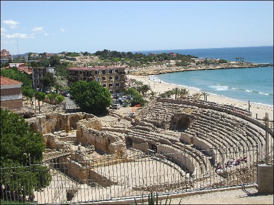 Voici une photo du théâtre de Tarragone en Espagne. A l'époque, le théâtre était gratuit pour tout le monde.