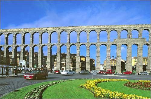 Cette construction est un aqueduc construit par les romains.