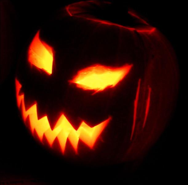 Le 31 octobre : Halloween ! La chasse aux bonbons commence...Des fantômes, des sorcières, des monstres ou des vampires sonnent aux portes en demandant des friandises avec la formule ''des bonbons ou un sort !''.Qui est ce personnage emblématique d'Halloween ?