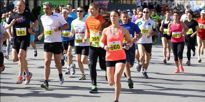 Le marathon est une épreuve sportive individuelle de course à pied qui se dispute généralement sur route sur une distance de :