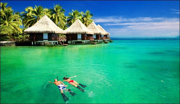 On y recense quelques 1190 îles dans cet archipel, réparties sur 26 atolls, abritant de jolies plages baignées des plus belles eaux, comme ici sur la photo. Il y règne en moyenne 28 degrés. Ce sont des lieux idylliques pour la romance et la détente, aux magnifiques couchers de soleil.