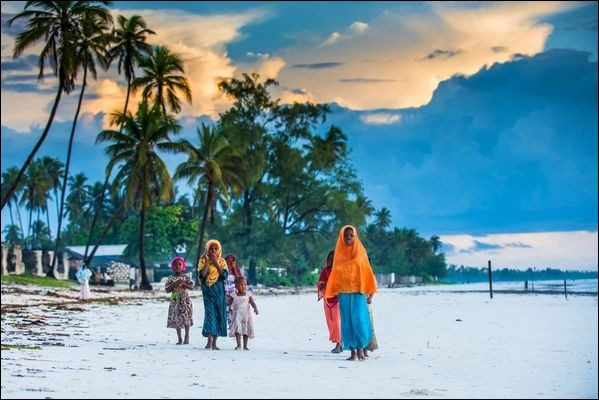 Cet archipel luxuriant de l'Océan Indien est situé au large de la Tanzanie : il a longtemps été au centre du commerce des épices et des esclaves, dirigé par des sultans depuis leur palais. Il faut y ajouter aujourd'hui des paysages de plages, d'eau turquoise et de palmiers sous un ciel bleu éclatant. Puis des images de kites, surfeurs et de plongeurs, là où la mer semble avoir tout pour plaire.