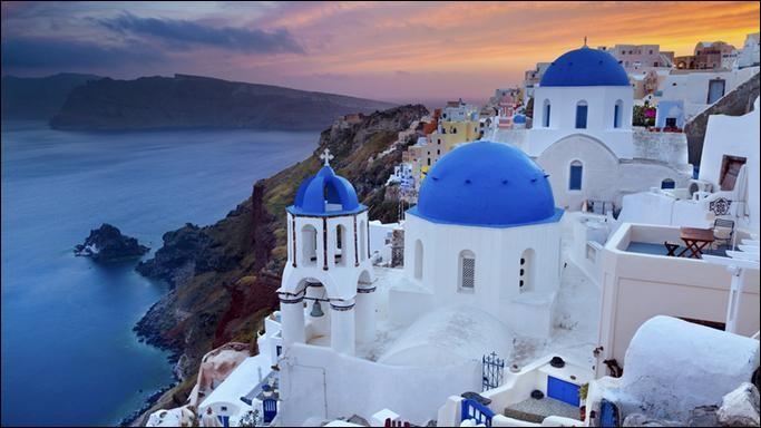 Où trouve-t-on un soleil qui irradie le ciel et se reflète dans les dômes bleus ? Quelle est la plus célèbre des îles grecques, celle des paysages blancs et bleus qui se fondent dans la mer ?Il y a plusieurs raisons d'y aller : pour la culture, l'histoire et les sports mais mieux vaut choisir entre avril et octobre. Facile de s'y rendre depuis Mykonos mais réservez tôt votre place.