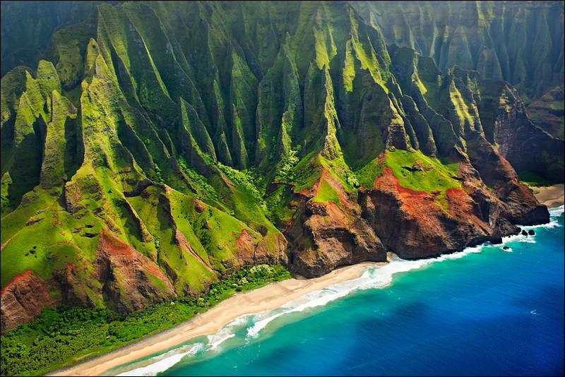 Cette île est entourée de plages de sable doux et l'intérieur des terres, soit les canyons et les montagnes sont d'une rare beauté : les couleurs et les paysages y sont grandioses. L'île est surnommée «Garden Isle » alors il faut absolument s'y promener.