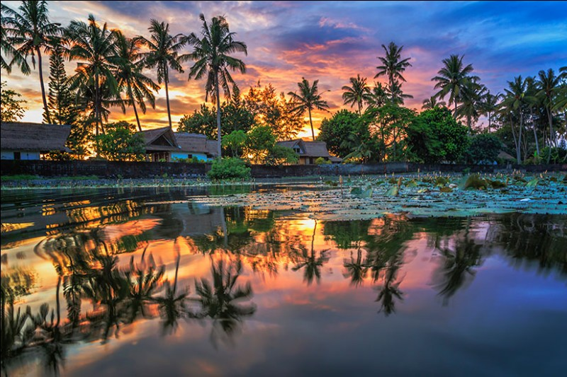 Ce paradis des surfeurs est à 8 degrés au sud de l'Équateur : ''l'île des Dieux'' est un écrin de verdure. Sa nature volcanique contribue à sa fertilité. On y trouve des rizières en terrasses, des volcans, des lacs, des forêts et, des plages de rêve... Cette beauté, son atmosphère, les cérémonies culturelles et les plages font sa célébrité.D'avril à octobre, on évite ainsi la pluie.Bon Voyage
