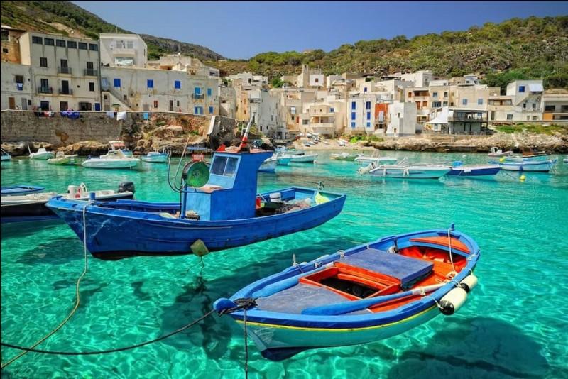 Vous reconnaîtrez la plus grande île de la mer Méditerranée : c'est aussi la région la plus étendue du pays et elle a son caractère propre. Cette île profite d'une profonde richesse culturelle que l'on peut apercevoir dans son aspect architectural.Il y a la voile et la plage comme les randonnées mais aussi ses richesses historiques, artistiques et mythologiques.