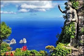 Pas étonnant qu'Auguste et Tibère aient succombé à ses charmes, à la douceur de son climat et à la beauté de sa végétation, sans oublier les plaisirs de la baignade dans la grotta Azzurra. On ne s'étonnera pas que, dès le 19e siècle, l'île soit devenue l'un des lieux de prédilection pour les gens des arts et du spectacle.Nommez cette fameuse île de villégiature située au large de Sorrente ?