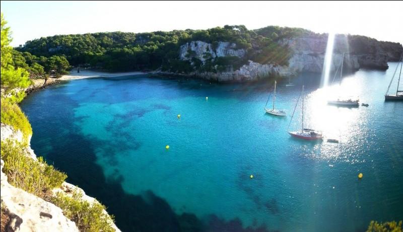 Île déclarée « Réserve mondiale de la biosphère » par l'Unesco en 1993, l'endroit balayé par les vents de la Méditerranée, déroule des paysages de terre rouge. Beaucoup mènent, comme sur la photo, à des plages de carte postale, nichées au creux de criques baignées par des eaux vertes et translucides. C'est la plus authentique île de l'archipel : elle présente 200 km de côtes non-urbanisées.