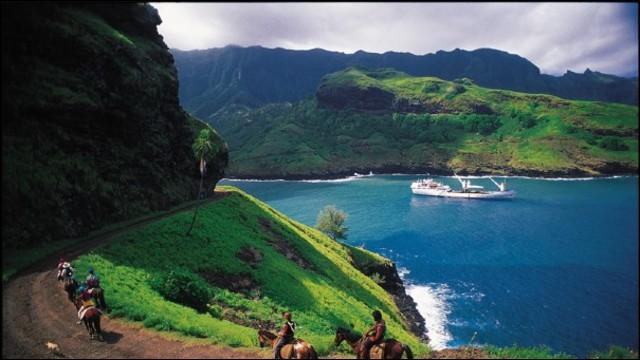 Il s'agit d'un des archipel de la Polynésie française. Il y a douze îles et six sont habitées. Comme on peut voir sur la photo, elles jouissent de forêts de feuillus humides tropicales et subtropicales. La faune marine y est riche cependant que la terrestre est relativement pauvre : pour le tourisme, on voit que l'on y a introduit le cheval et de belles randonnées sont proposées.
