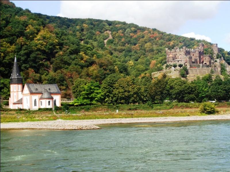 Dans quel département français d'outre-mer peut-on voir couler la rivière des Remparts ?