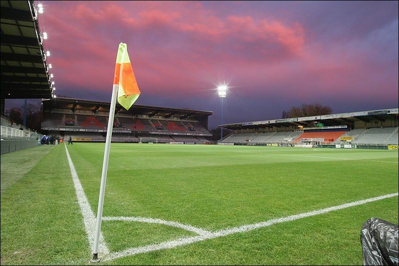 Dans quelle ville peut-on regarder un match de foot au stade de l'Abbé-Deschamps ?