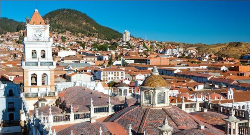 De quel pays Sucre est-elle la capitale constitutionnelle ?