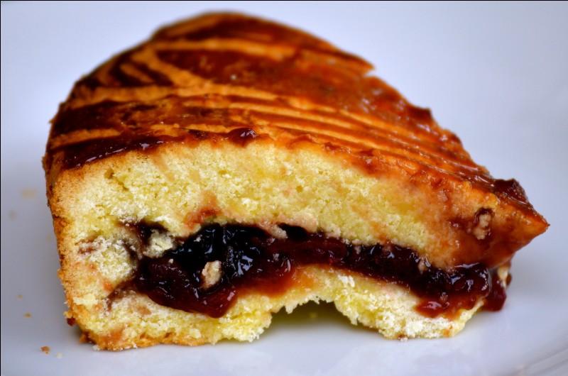 Quel gâteau était, à l'origine, garni de cerises d'Itxassou ?