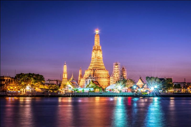 Dans quel pays se trouve le moment Wat Arun ?