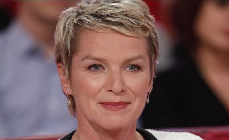 Quelle émission hebdomadaire Élise Lucet présente-elle à la télévision ?