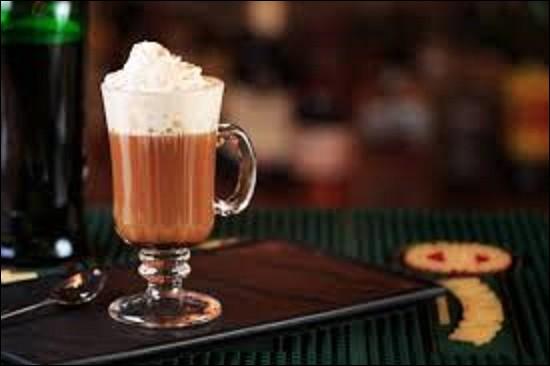 Boisson : L'irish coffee est une boisson qui aurait été créée à la fin des années 30 à Foynes par Joseph Sheridan, en Irlande, où arrivaient de 1939 à 1935 les vols transatlantiques en hydravion. Les passagers, surtout militaires, frigorifiés et effrayés voulaient boire une boisson chaude et revigorante. Quel ingrédient ne figure pas dans la recette d'origine ?