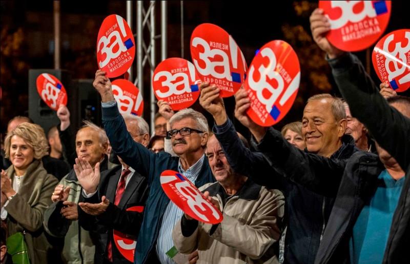 Dans quel ex-pays yougoslave un référendum fut-il organisé afin de changer le nom officiel du pays ?